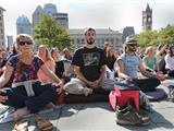 Hoa Kỳ: Hàng Ngàn Người Cùng Thiền Hành Trong Im Lặng Một Giờ Với HT Thích Nhất Hạnh Tại Quảng Trường Copley