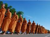 Hàng Chục Ngàn Nhà Sư Miến Điện Biểu Tình Phản Đối Lục Soát Chùa Ở Thái Lan