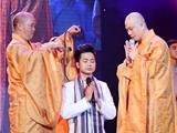 Ca Sĩ Quách Tuấn Du Cạo Tóc Sám Hối Trên Sân Khấu Nhạc Phật Giáo