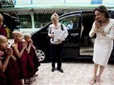 Angelina Jolie Thăm Các Nhà Sư Ở Miến Điện Trong Chuyến Công Du Của Liên Hiệp Quốc