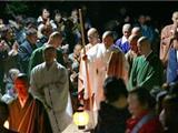 Nhật Bản: Một Nhà Sư Không Ăn Ngủ Trong Chín Ngày Để Tụng 100,000 Thời Kinh