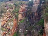 Trung Hoa: Hàng Chục Ngàn Người Xếp Hàng Cầu May Trong Ngày Đầu Năm Tại Lạc Sơn Đại Phật