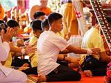 Các Cậu Bé Trong Đội Bóng Được Giải Cứu Khỏi Hang Động Ở Thái Lan Năm Ngoái Cúng Dường Trai Tăng