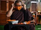 Các Nhà Sư Thái Lan Làm Khẩu Trang Chống Covid-19 Từ Nhựa Tái Chế