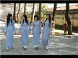 Nên Ứng Xử Như Thế Nào Khi Khách Nước Ngoài Mặc Váy Ngắn Đi Chùa Ở Việt Nam?
