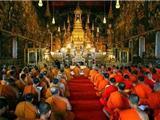 Thái Lan:  Giao Thừa Đến Chùa Tụng Kinh Chào Đón Năm Mới