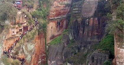 Trung Hoa:  Lũ Lụt Gây Nguy Hại Cho Tượng Cổ Phật 1000 Năm