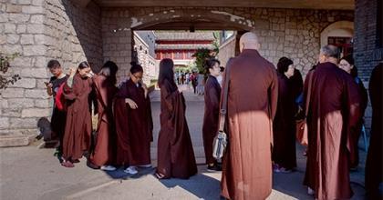 """Điều Gì Xảy Ra Đằng Sau """"Tâm Lý Phật Giáo"""" Trong Giới Trẻ Trung Hoa?"""