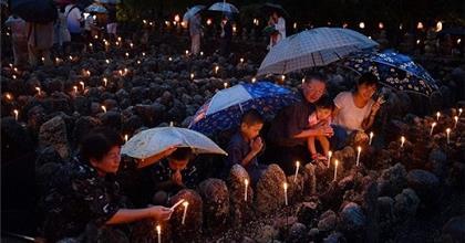 Kyoto: Đến Chùa Thắp Nến Tưởng Niệm Những Vong Linh Không Người Thăm Viếng